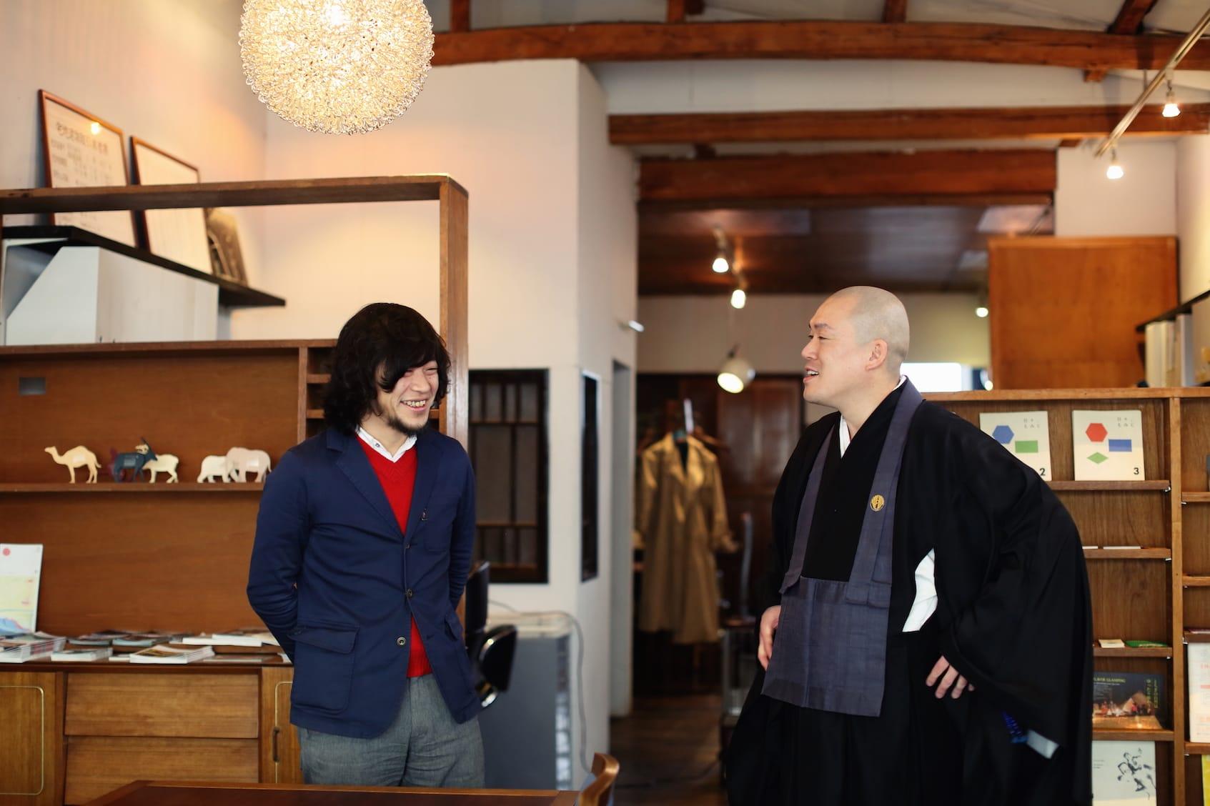 「ぼんやりしていたら忘年会やる機会を逃しまして」という塩田さんに「また集まりましょうよ」と声をかける井上さん。近隣の物件についてなど、情報交換は尽きない。