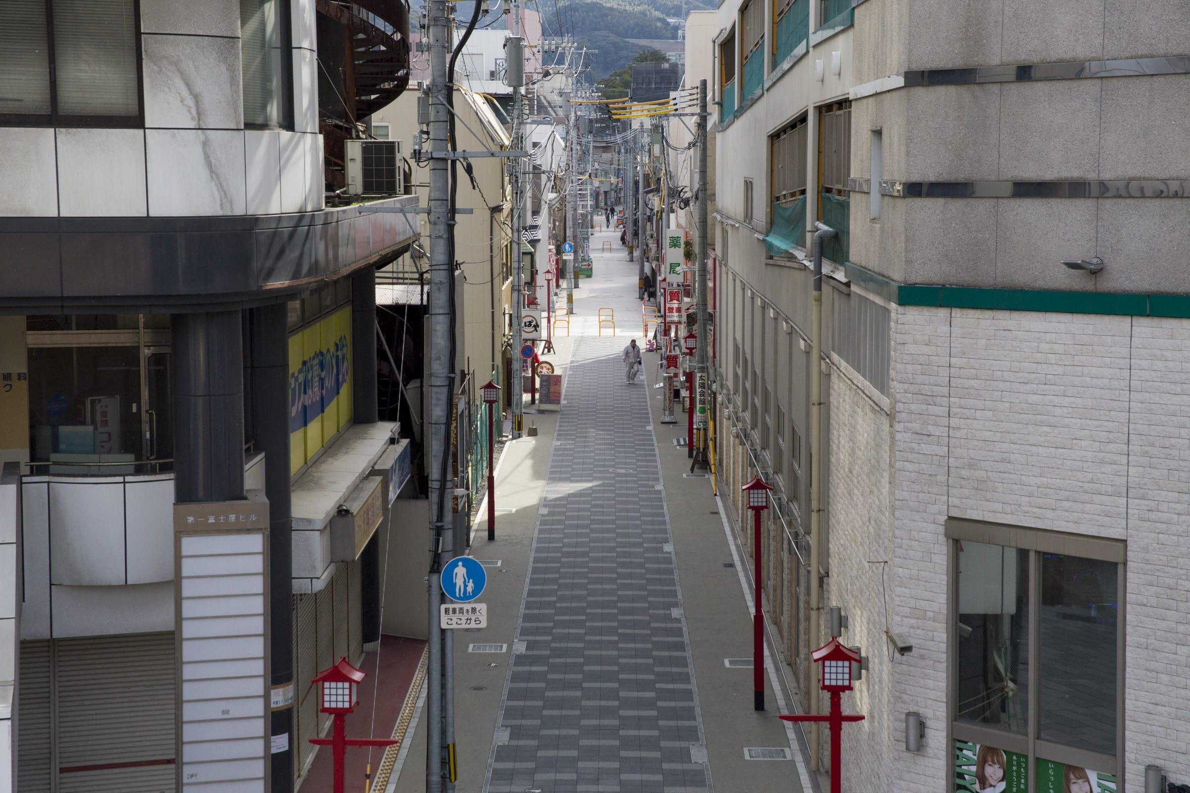 今では舗装されたこの通りも昔は商店だったそう。