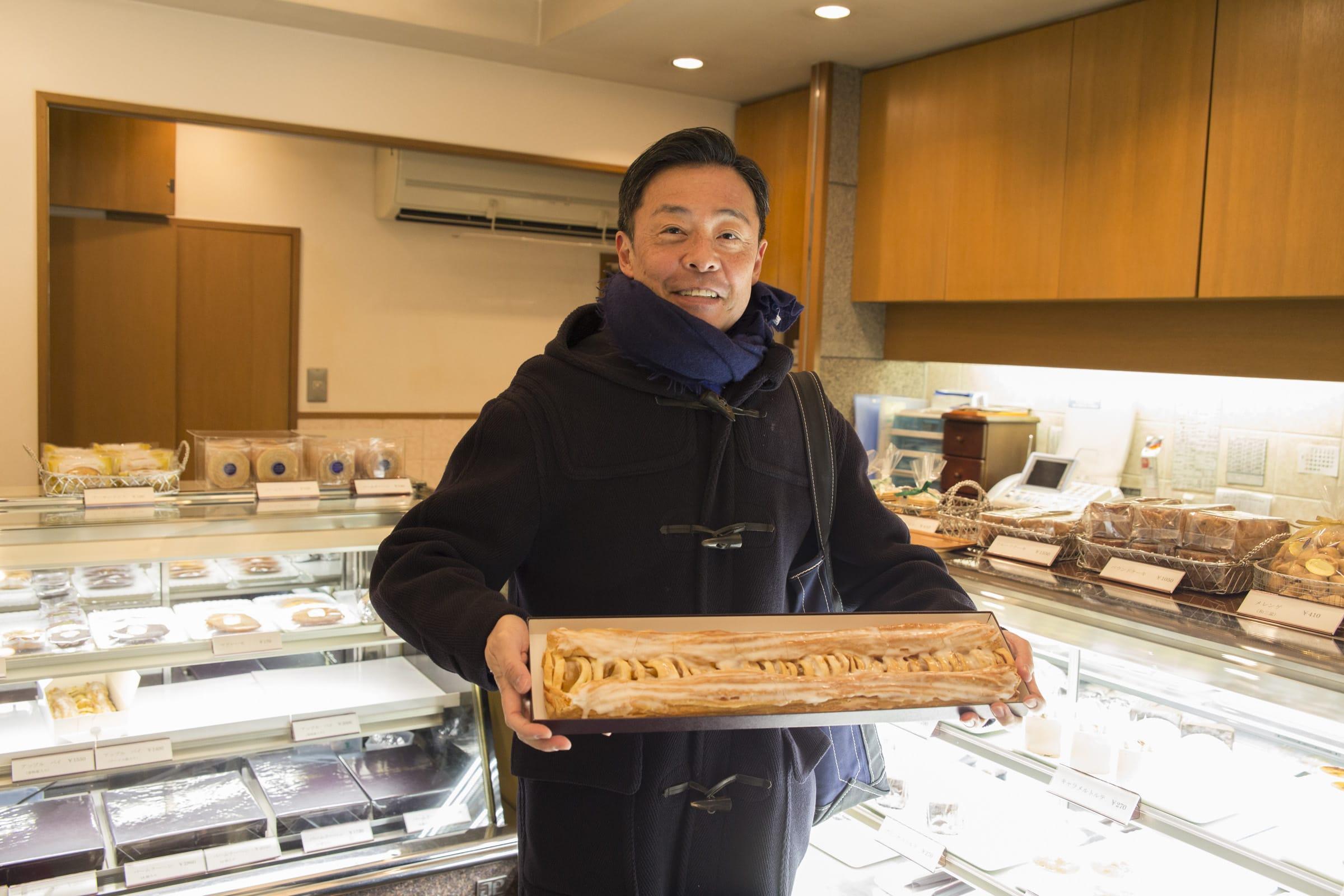 一本50cmもある名物のアップルパイ。この大きさで3,000円。甘さ控えめ。