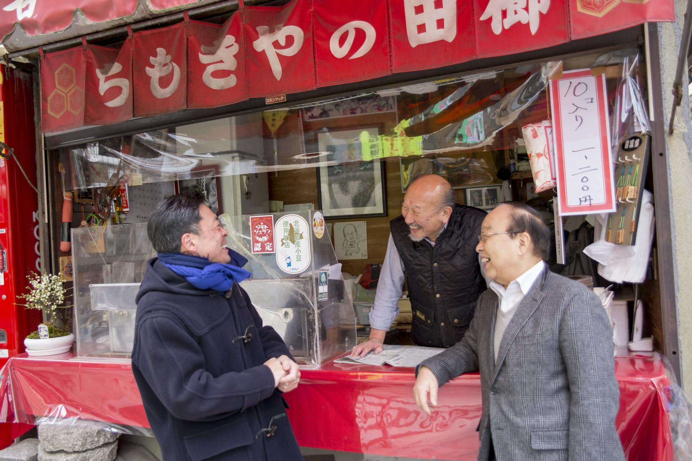 映画の時にエキストラとして参加したと言う櫛田のやきもちの店主とお客さん。「見たら全部カットされてたけどね!」とのこと。