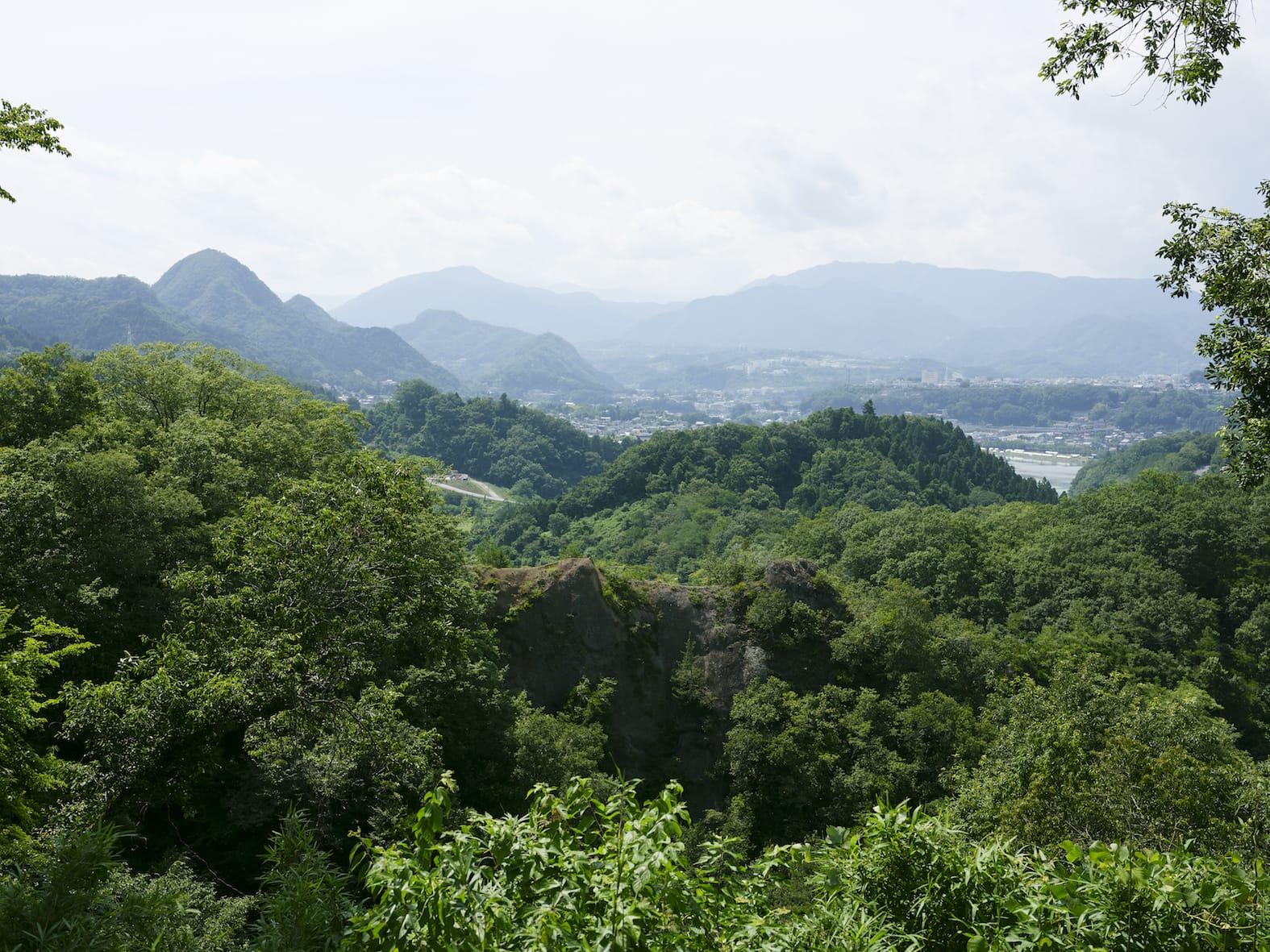神奈川県と山梨県との県境にあり、山と湖に囲まれた藤野町。現在は相模原市緑区に位置し、都心から1時間30分というアクセスの良さと自然豊かなのどかな暮らしを求めて移住者が後をたたない。