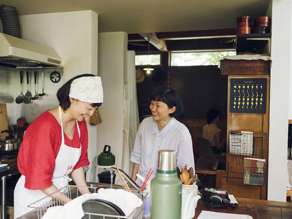 営業を休む夏には〈chumart〉のコーヒー、〈MOMO ice cream〉のアイスクリームと一緒に特別メニューを出すイベントを開催。会場となる自宅には、たくさんのお客さんが訪れる。