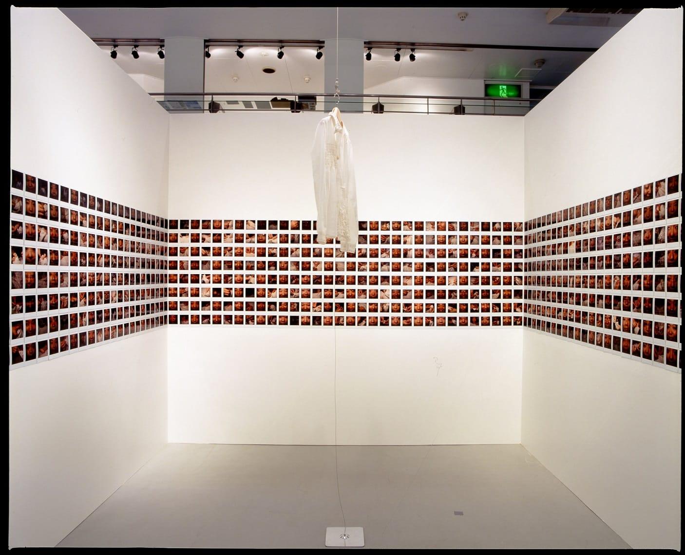長島有里枝 Her Projects‐memories of no one 2005年 (KPOキリンプラザ大阪での展示風景) ©Yurie Nagashima 撮影:木奥惠三