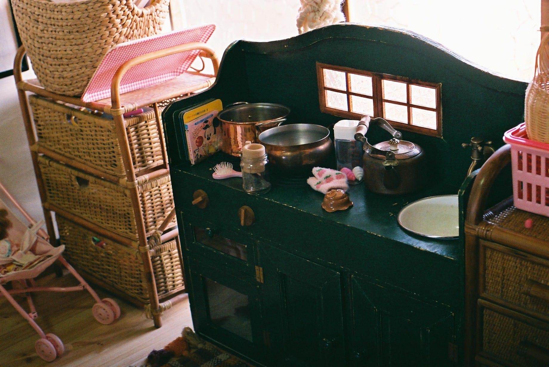 3、4日でつくったという、子ども用のままごとキッチン。「娘にはヒットせんかった」とみよこさん。なんと真鍮の蝶番も手作り。
