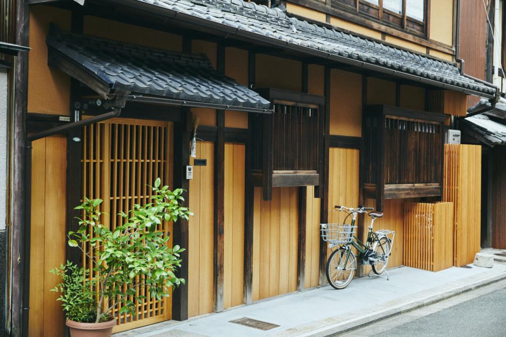 風も、人も、通り抜けていく京町家。 家の形にあわせて暮らす、 丸山さん5人家族の話。